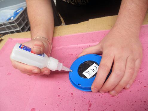 Manipulado - Aplicando adhesivo al reloj