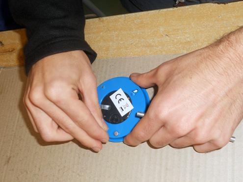 Manipulado - Colocando tornillos en un reloj