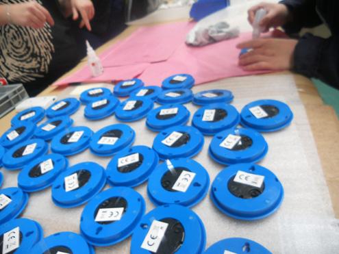 Manipulado - Relojes recibidos y trabajadores aplicando adhesivo