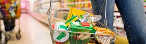 comida envasada en la cesta de la compra